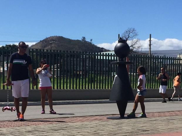 Peças de xadrez gigantes com o nome da Anitta espalhadas por cidades do Brasil (Foto: Divulgação)