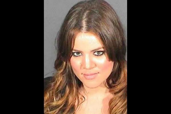 Outra socialite que teve sorte foi Khloé Kardashian. Em julho de 2008, a estrela do reality show 'Keeping Up with the Kardashians' foi condenada a 30 dias de prisão, também por dirigir sob efeito de álcool e/ou outras drogas. Ela ficou menos de três horas na cadeia. (Foto: Divulgação)