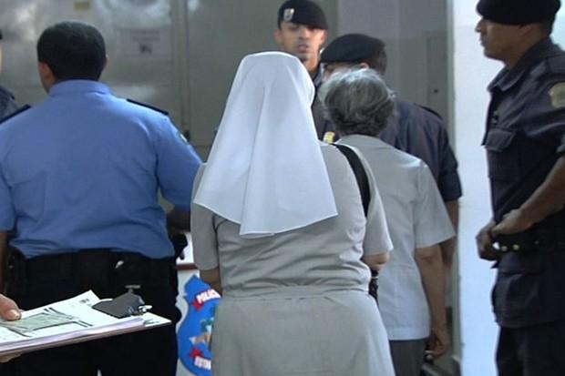 Homens são presos ao sacar mais de R$ 600 mil de conta de freira, em Goiânia (Foto: Reprodução/TV Anhanguera)