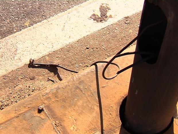 Eletricista alerta sobre fios expostos na avenida Anhanguera, em Goiânia (Foto: Reprodução/TV Anhanguera)