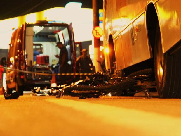 Ciclista morre após ficar prensado entre um micro ônibus e uma carreta na Avenida Eliseu de Almeida, na região da Vila Sônia, na zona oeste de São Paulo (SP), na noite desta terca-feira (07).  (Foto: Nivaldo Lima/Futura Press/Estadão Conteúdo)