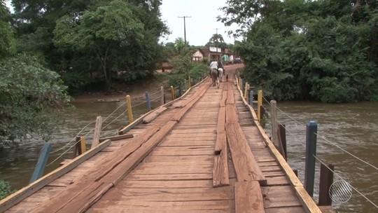 Com obra parada desde 2009, condutores se arriscam em ponte improvisada de madeira na Bahia