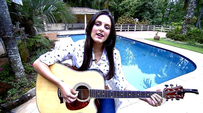 Rafaela Carvalho tem 19 anos e mostra talento na voz e na viola (Foto: reprodução EPTV)