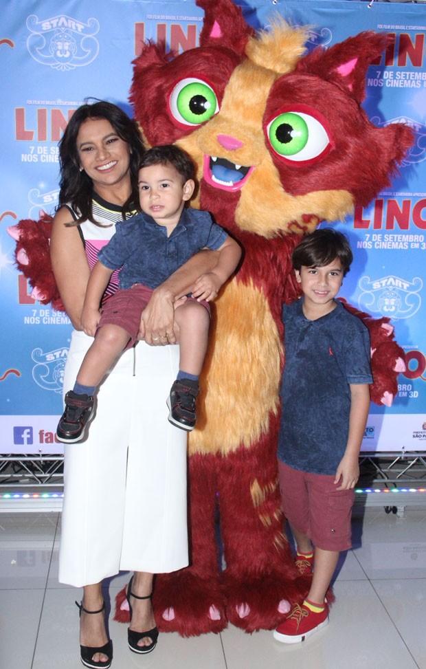 Dira Paes e os filhos, Martim e Inácio (Foto: Wallace Barbosa/AgNews)