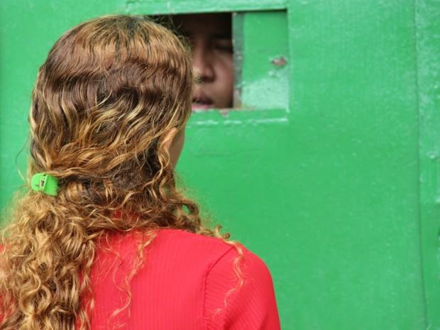 Mulher tenta saber notícias do marido com agente do Compaj (Foto: Suelen Gonçalves/ G1 AM)