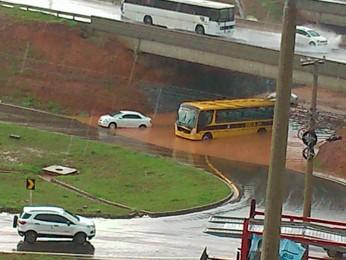 Ônibus escolar entra em pane após tentar passar por debaixo de viaduto alagado no DF (Foto: Felipe Gomes/Arquivo Pessoal)