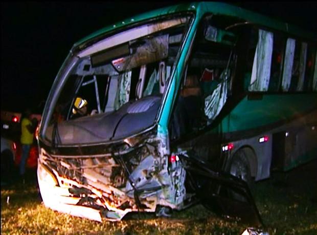 Passageira de ônibus morreu e todos os outros ficaram feridos (Foto: Reprodução/ TV Gazeta)