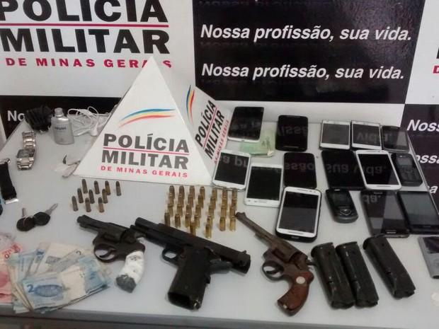 Material apreendido pela polícia (Foto: Polícia Militar/Divulgação)