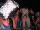 Ex-BBB Julia conversa ao pé do ouvido em camarote em Salvador