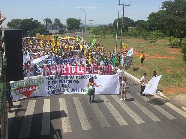Estudantes fecham as quatro faixas da via que corta o Parque da Cidade, em Brasília (Foto: Jéssica Nascimento/G1)