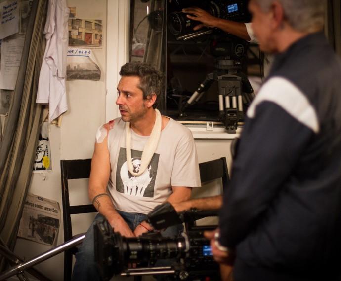 Em cena como Romero Rômulo, Alexandre Nero surge com maquiagem de ferimento no ombro em um flagra do intervalo das gravações (Foto: Fabiano Battaglin/ Gshow)