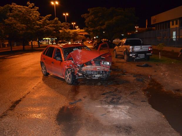 Veículos ficaram parcialmente destruídos com a batida (Foto: Marcelo Marques/G1)