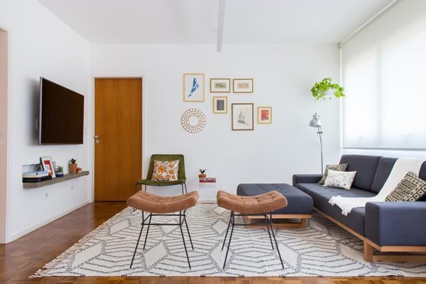 O conjunto de sofás e os bancos marrons e verdes são do Ateliê Fernando Jaeger, e a luminária é da Tok Stok. Já o tapete, as almofadas e os quadros são parte do acervo de viagem dos clientes. (Foto: Estúdio Pulpo)