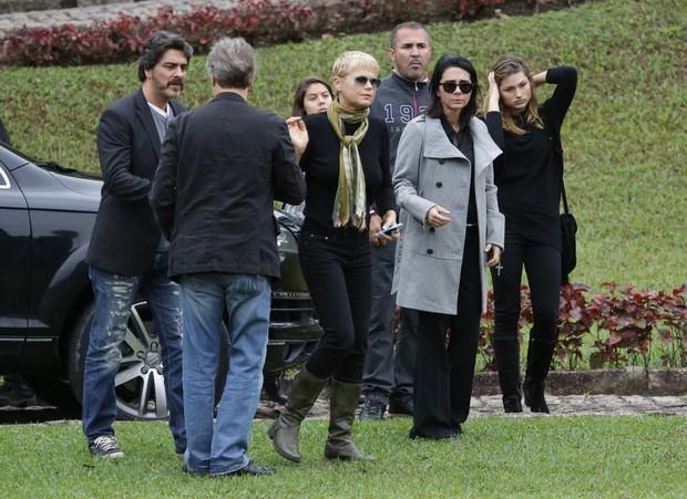 Xuxa e familiares no velório de Cirano Rojabaglia (Foto: Francisco Silva / Agnews)