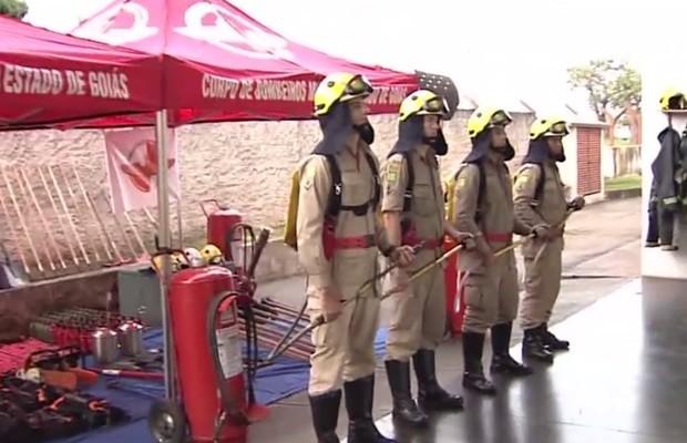 Bombeiros se preparar com uma série de equipamentos para combater queimadas, em Goiás (Foto: Reprodução/TV Anhanguera)