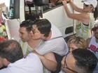Atrizes Camila e Nathália Rodrigues encaram multidão para trio de Ivete