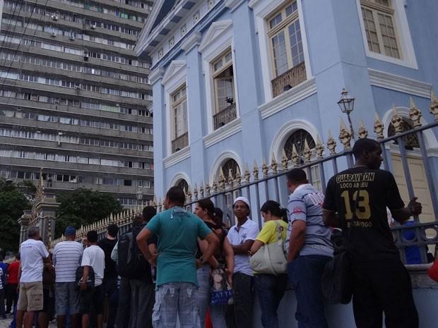 Axpectativa é que o velório seja aberto ao público por volta das 19h (Foto: Katherine Coutinho/G1)