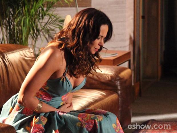 Juliana passa mal e sente dor no ventre (Foto: Carol Caminha/TV Globo)