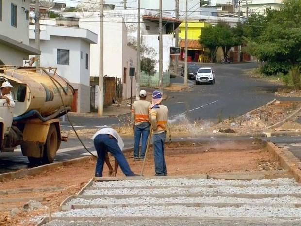 Obra na avenida Sabiá, em Passos (MG), começou há dois anos (Foto: Reprodução EPTV)