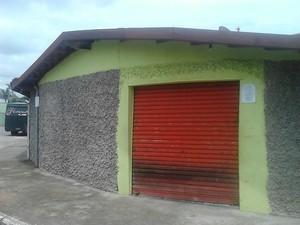 Bilhete foi colocado na parede do comércio (Foto: Vitor Souza/Vanguarda Repórter)