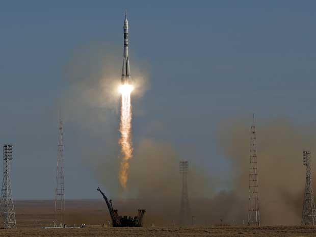Soyuz decola rumo à ISS levando a tocha olímpica de inverno. (Foto: Dmitry Lovetsky / AP Photo)