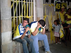 Militantes acompanharam a apuração em frente a casa da família do candidato Cássio Cunha Lima (Foto: Jocélio Oliveira/G1)