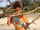 Anamara exibe corpaço em fotos de biquíni e maiô em campanha