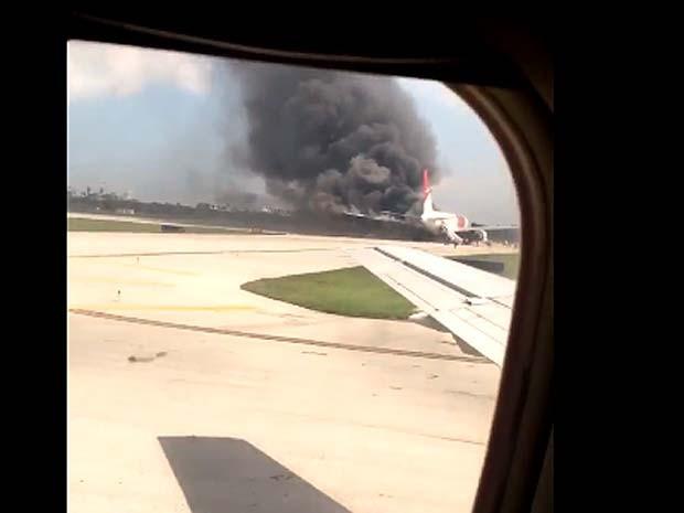 Passageiro grava vídeo de avião pegando fogo no aeroporto de Fort Lauderdale, na Flórida (Foto: Reprodução/ Twitter/ Mike Dupuy)