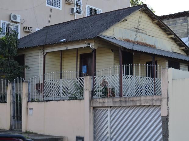 Casa de madeira com muro em alvenaria no Centro de Macapá (Foto: John Pacheco/G1)