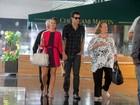 Paolla Oliveira passeia de mãos dadas com o namorado