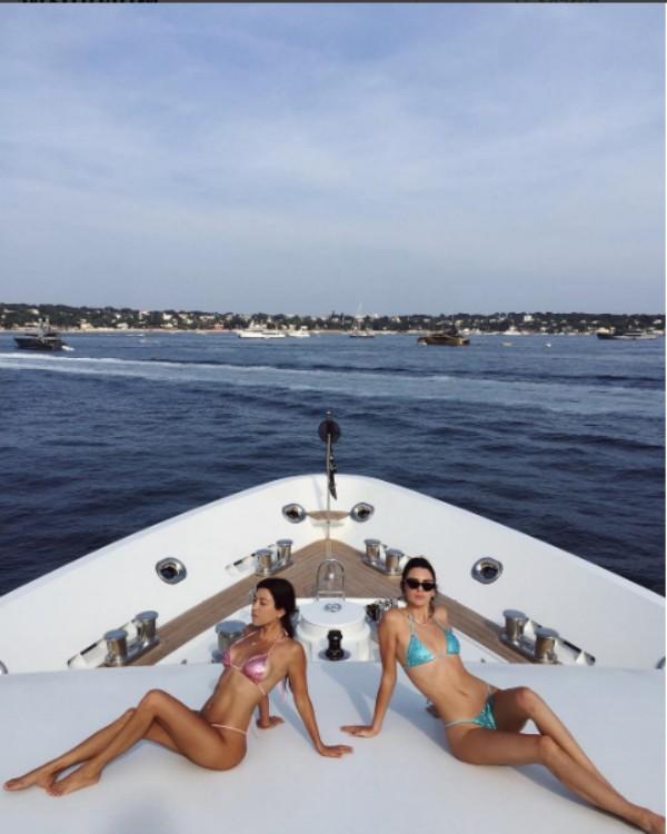 No clique de Jenner, a modelo aparece com uma pose diferente (Foto: Reprodução/Instagram)