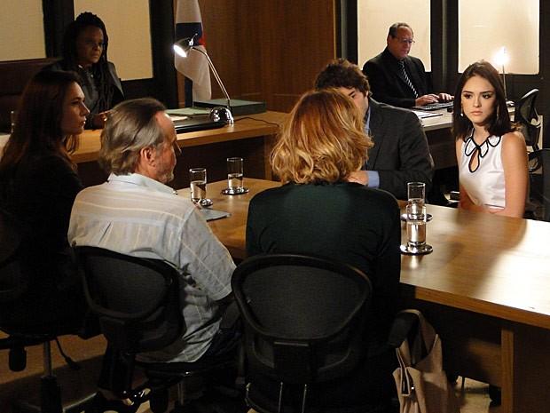 Cida encara Sônia na hora do julgamento (Foto: Cheias de Charme / TV Globo)