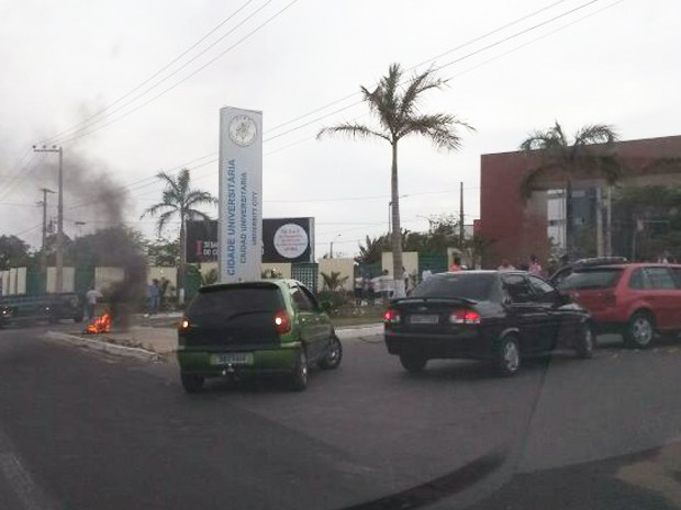 Estudantes da UFMA realizam, na manhã desta terça-feira (3), um novo protesto n Avenida dos Portugueses. (Foto: Douglas Pinto/TV Mirante)
