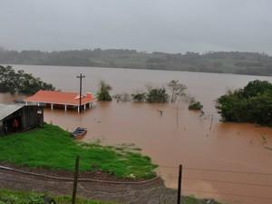 Nível do RIo Uruguai se aproxima de marca histórica (Foto: Cristiane Luza e André Piovesan/Folha do Noroeste)