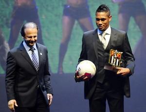 Hernane, do Mogi Mirim, recebe prêmio da FPF (Foto: Marcos Ribolli / Globoesporte.com)