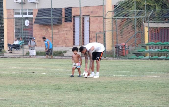 Dentinho joga bola com o filho, Shakhtar Donetsk (Foto: Cintia Barlem)