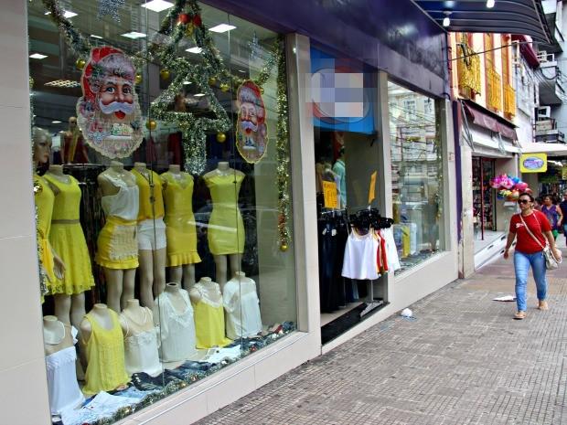 04930064f Lojas apostam em roupas amarelas para o revéillon (Foto  Suelen Gonçalves    G1 AM