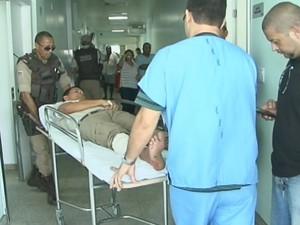Policial é atingido por disparo acidental da própria arma (Foto: Reprodução/TV Subaé)