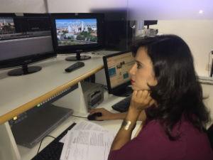 Repórter Ana Carolina prepara matéria para inauguração da nova sede da Inter TV dos Vales (Foto: Juliana Gorayeb/Inter TV)