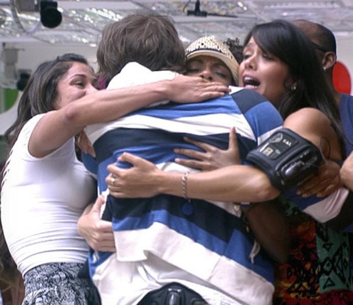 Maurício é abraçado pelos brother depois de retornar à competição  (Foto: BBB / TV Globo)