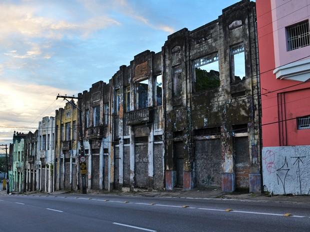 Na Rua João Suassuna são muitos os casarões em condições precárias (Foto: Juliana Brito/G1)