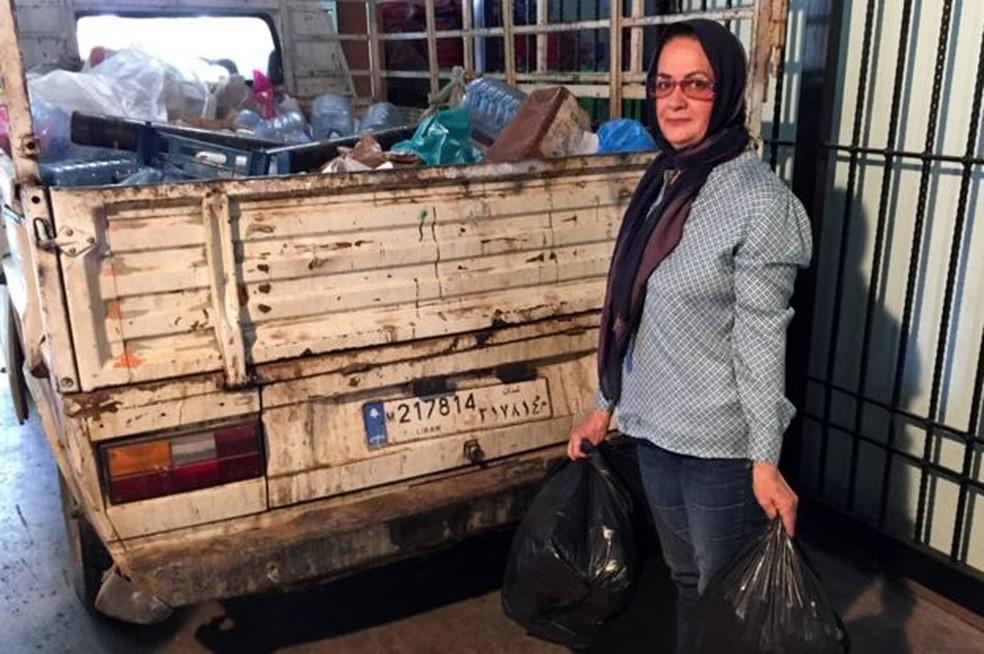 Khadija Farhat comprou um caminhão para coletar itens recicláveis (Foto: BBC)