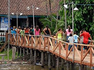 Tripulação oferta serviços nas comunidades por onde o barco passa. (Foto: Alexandre Moraes/UFPA)