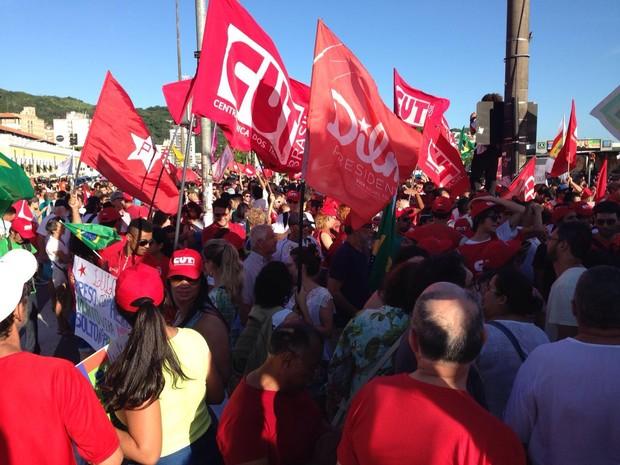 Manifestantes em Florianópolis se reuniram em frente ao Terminal Integrado do Centro (Ticen) (Foto: Pedro Rockenbach/RBS TV)
