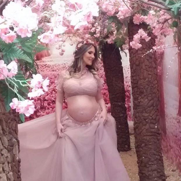 EGO - Ex-BBB Josy Oliveira exibe barrigão de grávida em ensaio - notícias  de Gravidez