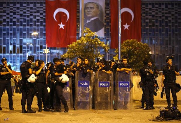 Polícia turca guarda a Praça Taskim na madrugada deste domingo (23) após retomá-la dos manifestantes (Foto: Marko Djurica/Reuters)