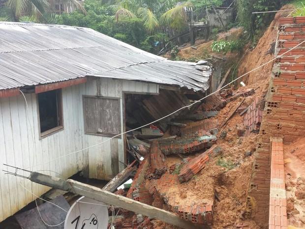 Casa teve que ser demolida nesta terça-feira (Foto: Divulgação Corpo de Bombeiros)