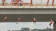 Funcionários do SLU e bombeiros limpam Lago Paranoá de maneira diferente