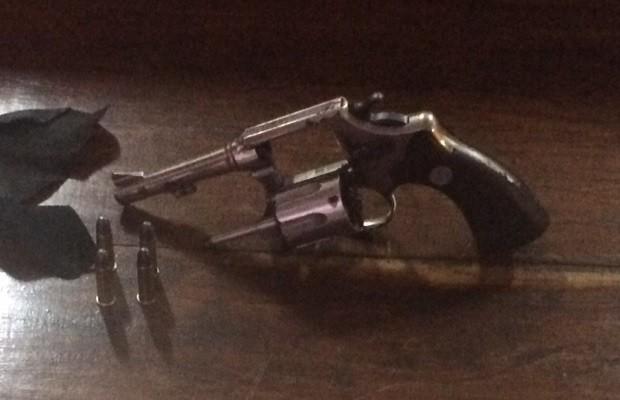 Além dos suspeitos, arma usada no crima foi apreendida Goiânia Goiás (Foto: Divulgação/Graer)