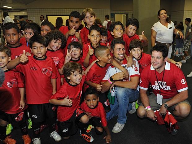 Cauã Reymond e Murilo Benício com crianças do Flamengo na época de Avenida Brasil (Foto: João Miguel Júnior / TV Globo)